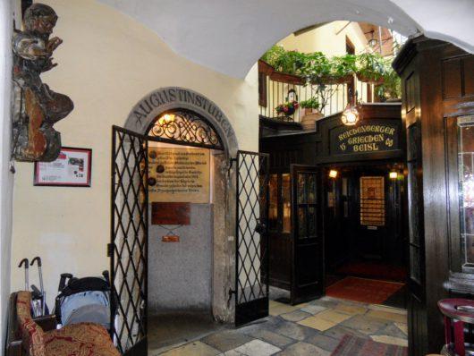 _Nejstarší restaurant ve Vídni, Griechenbeisl a vchod do obytné gotické věže