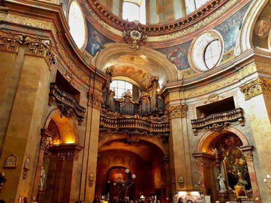 V kostele sv. Petra, všimněte si hodin na galerii